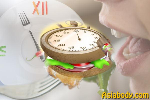 6. آهسته غذا بخورید - 10 راه برای کم کردن کالری